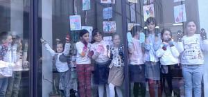 მე-100 საჯარო სკოლაში მეგობრებმა არც წელს დათვალეს ქრომოსომები… (ვიდეო)